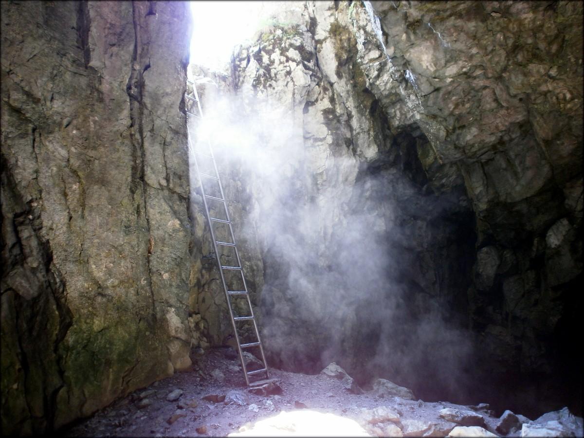 Opary w Jaskini Raptawickiej - efekt działania promieni słonecznych - maj 2015