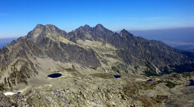 Widok z Małej Wysokiej, w tle m.in. Lodowy szczyt, Lodowa Kopa, Durny Szczyt, Łomnica, Pośrednia Grań...