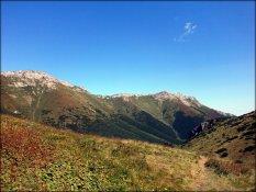 Przełęcz pod Kopą (1749 m n.p.m.) - widok w kierunku wschodnim, w tle Jatki - sierpień 2012