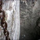 Orla Perć - okolice Granackiej Przełęczy - dziura pod przejściem z łańcuchami, widoczne niewielkie półeczki skalne nad dziurą - sierpień 2013