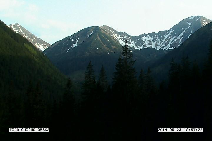 Obraz z kamery internetowej w Dolinie Chochołowskiej - widoczne wyższe partie Tatr Zachodnich z płatami śniegu - 23 maja 2014