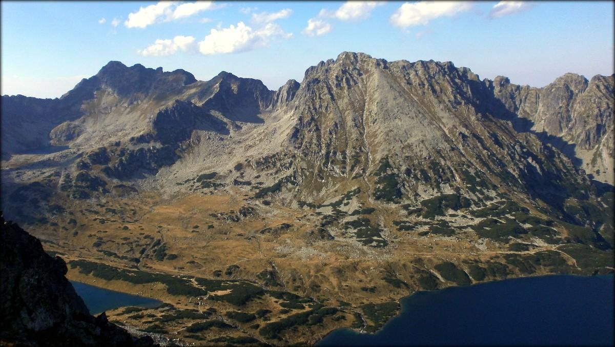 Spojrzenie ze Szpiglasowego Wierchu (2172 m n.p.m.) - widok nad Świnicę (2301 m n.p.m.) i jej wschodnią grań, na której mamy sporo najwyższych szczytów leżących w całości na terenie Polski - wrzesień 2012